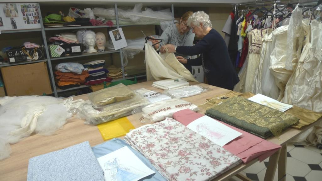 Preparation des tissus pour des nouvelles robes 1