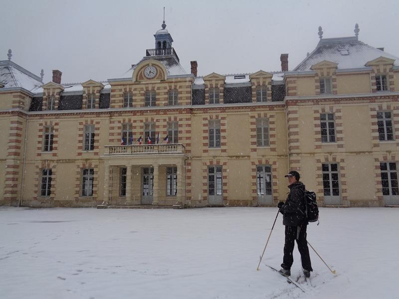 A ski devant le château