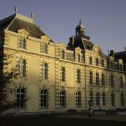 Qui est à l'origine de la construction du château actuel ?